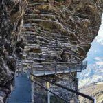 Nervenkitzel pur: An senkrechten Felswänden entlang führt ein stählerner Steg über den tiefen Abgrund. Bild: Jakob Rope Systems