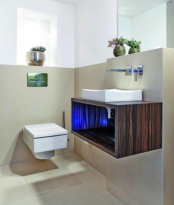 Toilettenraum mit halbhoher, glatter Wandverkleidung in Beige. Bild: Saint-Gobain Rigips