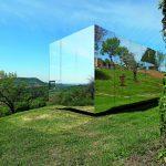 Drinnen im Draußen: Die Natur spiegelt sich in der Fassade. Bild: Christian Brandstätter Alucobond