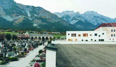 Freiräume konnten geschaffen werden durch die Erweiterung einer denkmalgeschützten Volksschule in Tirol - nicht zuletzt durch einen neuen Dorfplatz. Bild: Bengt Stiller