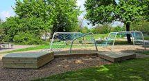 Sitzschaukel und Holzpodest zum Klettern und Chillen für Kinder. Bild: Hally-Gally