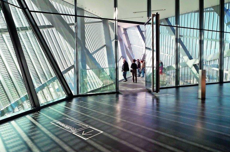 Sicherheitsgläser mit großen Abmessungen: Großflächige Glasfassaden punkten mit hoher Transparenz, viel Licht und visueller Leichtigkeit. Bild: Vetrotech Saint-Gobain | Fotograf: Olaf Rohl