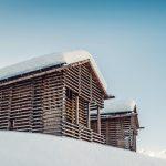"""Inspiriert von den traditionellen Tiroler """"Heustadeln"""" hat Architekt Thomas Schönauer im Paznauntal ein neues Chaletresort errichtet: das Bergwiesenglück."""
