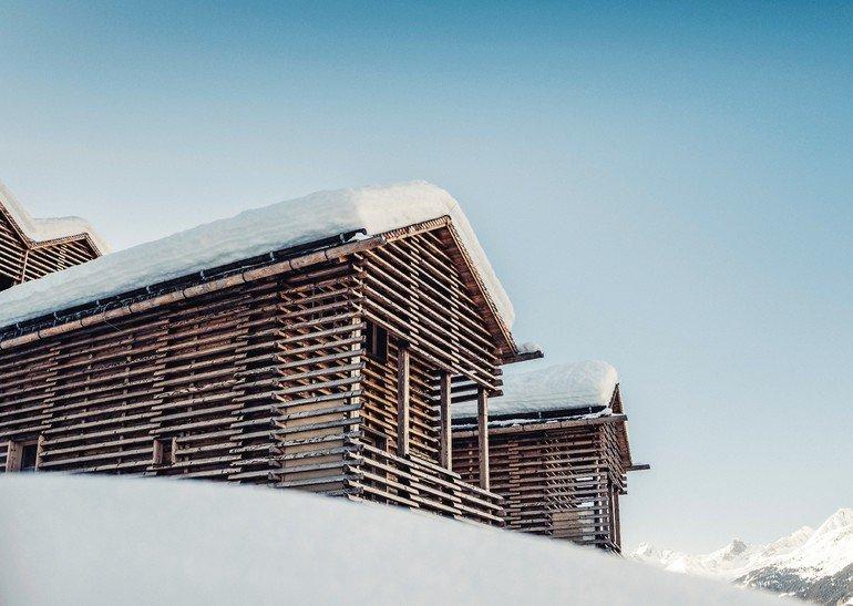 """Inspiriert von den traditionellen Tiroler """"Heustadeln"""" hat Architekt Thomas Schönauer im Paznauntal ein neues Chaletresort errichtet: das Bergwiesenglück. Bilder: mood by Jan Hanser"""