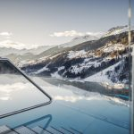 Infinity Pool. Chaletresort Bergwiesenglück in See in Tirol. Bild: mood by Jan Hanser