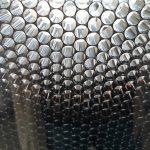 Schwarze Wabenstruktur zwischen Glasplatten. Bild: Design Composite