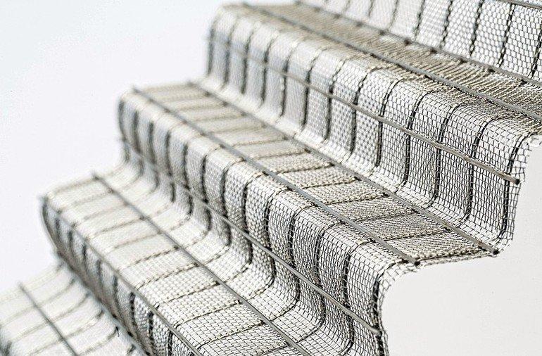 Treppenförmig gebogenes Drahtnetz mit verstärkenden Querverstrebungen. Bild: Dorstener Drahtwerke