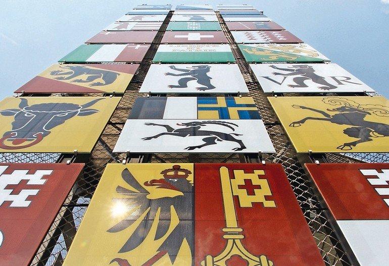 Solar-Paneele an der Hochschule Luzern. Sie dienen nicht nur der Stromgewinnung, sondern auch als dekoratives Fassadenelement: sie bilden nämlich die Wappen aller schweizer Kantone ab. Bild: Hochschule Luzern - Technik und Architektur