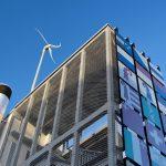 Windturbine über Gebäude. Bild: Hochschule Luzern - Technik und Architektur