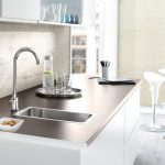 Küchenarbeitsplatte mit schmalem Spülbecken. Bild: Grohe