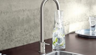 Das Wassersystem Grohe Blue Professional liefert gekühltes und gefiltertes Wasser direkt aus der Küchenarmatur in die Teeküche.