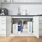 Durchlauferhitzer, Wasserfilter und CO2-Kartusche unter einer Küchespüle. Bild: Grohe