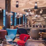 Allen Häusern gemeinsam ist eine mutige Vielfalt der Lichtgestaltung und der Sitzmöbel, hier in der Berliner Bar. Bild: Motel One