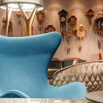 Die Freiburger Lounge mit dem ikonischen türkisfarbenen Egg Chair erhält ihren regionalen Bezug durch handgefertigte Kuckucksuhren. Bild: Motel One