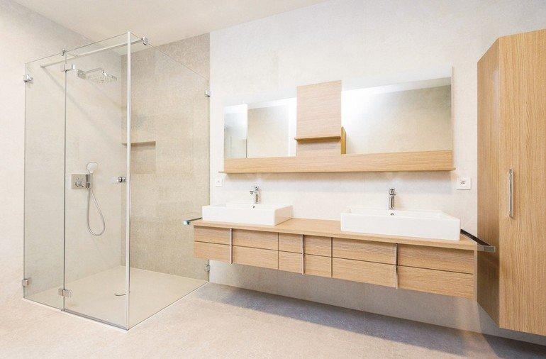 Badezimmer: Dusche mit Glaswand und Doppelwaschbecken daneben. Bild: Interpane