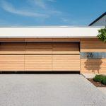 Haus mit fast geschlossenem Garagetor mit Falttechnik. Bild: Sven Rahm fotografie
