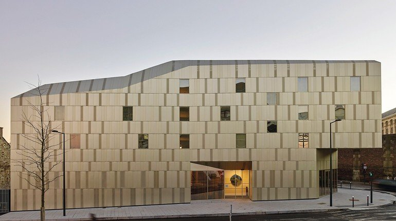 Flexibles Aluminium-Fassadensystem. Bild: S. Chalmeau/Kalzip GmbH