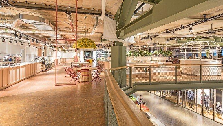 Unten Shoppen, Oben Essen: Der Foodmarket Führt Den Lässigen Industrielook Der  Concept Shopping Mall Mit Offenem Stahltragewerk Und Betondecken In Heller  ...