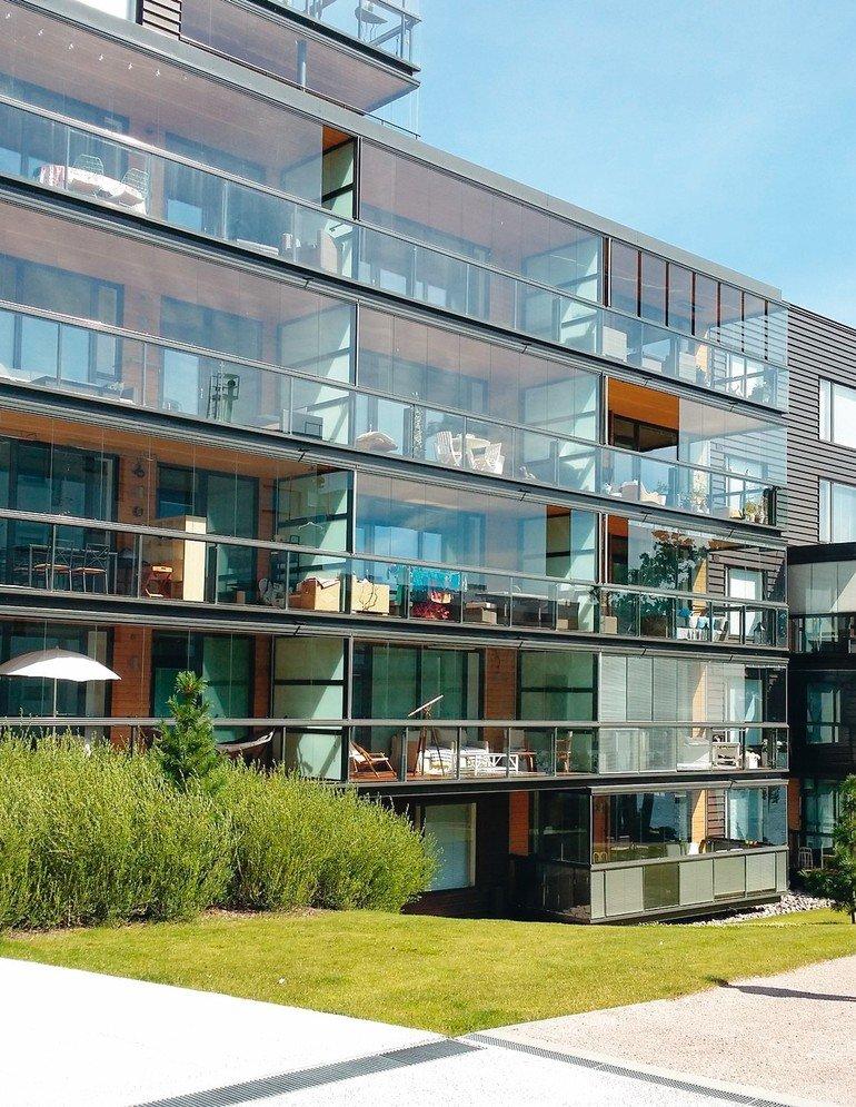 Für elegante und geradlinige Balkonfassadenlösungen im skandinavischen Design bietet das finnische Unternehmen Lumon Ganzglasgeländer an.