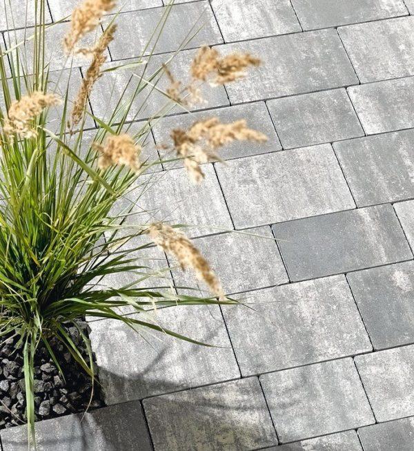 Betonsteinpflaster für urbane Eleganz mit ausgewogenem Flächenbild. Bild: Nüdling