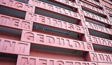 OPTACOLOR®_ermöglichte_am_Parkhaus_des_Justizzentrums_in_Aachen_die_Umsetzung_von_leuchtend_roten_und_präzisen_Betonfertigteilen,_die_zugleich_Kunst_am_Bau_zeigen._
