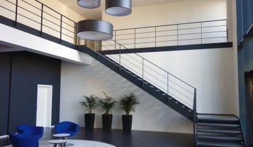 Betonstufen mit Stahlgeländer für eine schnörkellose Formensprache. Bild: Spitzbart Treppen__