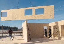 Massives Holzbausystem für schnelles, ökologisches Bauen: Swiss Krono Magnumboard OSB mit Wand-, Decken- und Dachelementen. Bild: Swiss Krono