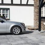 Auto vor einem historischen Klinker- und Fachwerkhaus, auf einem neu gepflasterten Hof. Bild: Tubag