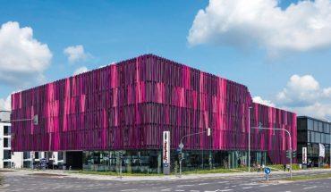 Vorhangfassade aus purpurfarben leuchtenden Aluminiumblechen. Bild: Jens Kirchner