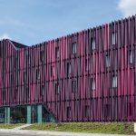 Zur optischen Wirkung der Aluminiumfassade mit Lamellenstruktur gesellt sich auch ein effektiver Sonnen- und Blendschutz für den Innenraum. Bild: Jens Kirchner