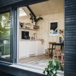 Das Cabin One ist zum großen Teil aus natürlichen Materialien gefertigt. Die Fassade beispielsweise besteht aus einer Rhombusschalung aus vorvergrauter Fichte. Bild: Jules Villbrandt