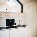 Im Innenraum setzten die Architekten großzügig auf Holz und seine Wohlfühlwirkung: Fichtenholz für die Innenwände und Birke Multiplex für alle sichtbaren Flächen und Tischlermöbel. Bild: Jules Villbrandt