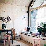 Im Cabin One haben die Räume keine strikte Aufteilung in Küche, Schlafzimmer oder Wohnzimmer, vielmehr verschmelzen die Bereiche miteinander. Bild: Jules Villbrandt