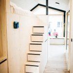 Eine platzsparende Treppe führt hinauf zum Hochbett und dient gleichzeitig als Stauraum. Bild: Jules Villbrandt