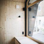 Die Sitzbank vor dem Giebelfenster bietet weiteren Stauraum. Bild: Jules Villbrandt