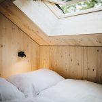 Vom Bett aus kann man durch das Dachfenster in den Himmel schauen. Bild: Jules Villbrandt
