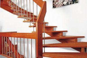 Massivholztreppe: In handwerklicher Präzision fertigen die Experten von Fuchs-Treppen in jeder Hinsicht ein besonderes Unikat. Bild: Fuchs-Treppen