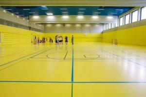 Sportböden für Turnhallen sind dauerhaft elastisch und wasserundurchlässig dank der Kunststoff- und Beschichtungssysteme von Fürstenhöfer. Bild: Fürstenhöfer