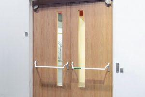 Fluchttüren mit barrierefreiem Komfort: Drehtürantrieb öffnet automatisch. Das patentiertes Doppelfeder-System sorgt für hohe Schließkraft vor Schließlage. Bild: Gretsch-Unitas