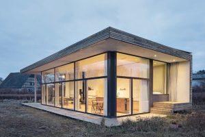 Minimalhaus in der Uckermark: Sehr konzentriert und wandelbar haben die Architekten ihr eigenes Haus konzipiert. Kleinster Raum wird gut genutzt. Bild: Werner Huthmacher