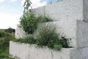Lärmschutzwand mit Bepflanzungsmöglichkeit für Insekten: SilenceRock der Hieber Betonfertigteilwerk GmbH ist ökologisch und schalldämmend. Bild: Hieber Betonfertigteilwerk GmbH____________