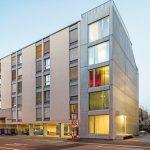 Auf der schmalen Teilfläche eines Gewerbehofs in Zürich haben Holzer Kobler Architekturen einen Sichtbetonbau realisiert, der durch seine Kompaktheit überrascht.