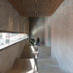Museum M9 in Venedig-Mestre: In die fein strukturierte Holzlamellendecke wurden Indul N Schlitzdurchlässe von Kiefer integriert. Sie sorgen auch bei großem Besucherandrang für konstante Raumluftwerte. Bild: janbitter.de / Kiefer GmbH