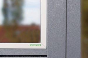 Die Aluminium-Oberfläche bei Alu-Holz-Fenstern von Kneer ist durch eine innovative Feinstruktur hochwertiger und robuster. Bild: Kneer-Südfenster