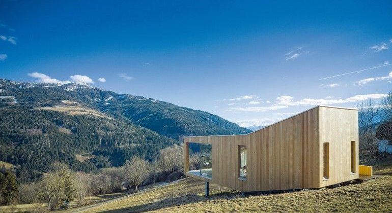 """Außergewöhnliches Gebäude in beeindruckender Kärntner Berglandschaft: das """"Kuhwiesenhanghaus"""" in Trebesing. Bild: Michael Heinrich"""
