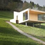 Kuhwiesenhanghaus: Der konisch zulaufende Baukörper wurde in Holzfertigteilbauweise ausgeführt und sitzt aufgeständert auf einer stählernen Unterkonstruktion. Bild: morpho-logic