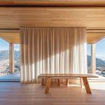 Kuhwiesenhanghaus: Eine raumhohe Verglasung mit Ganzglasecken ermöglicht den freien Ausblick auf die umgebende Berglandschaft und sorgt für ein Gefühl von Weite und Großzügigkeit. Bild: Michael Heinrich