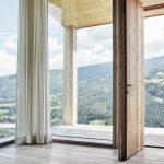 Kuhwiesenhanghaus: Eine Tür führt nach draußen auf die überdachte Terrasse. Bild: morpho-logic
