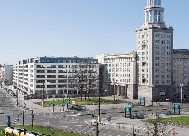 """""""Wohnen am Frankfurter Tor"""": In Berlin wurde ein alter DDR-Bürobau zu 485 Studentenwohnungen und 82 Mikroapartments umgebaut. Bilder: GBP Architekten / Anastasia Hermann"""