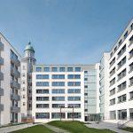Zwischen dem sanierten Altbau und den beiden Neubauten wurde ein attraktiver Innenhof geschaffen. Bild: GBP Architekten / Anastasia Hermann